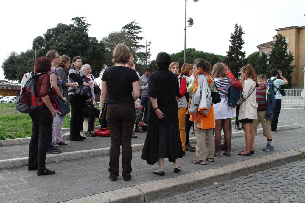 Před Lateránskou bazilikou.